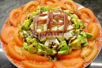 Captura de Salada de abacate, tomate, queijo e anchova